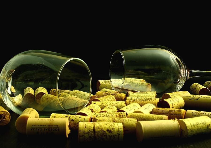 bicchieri e tappi di sughero